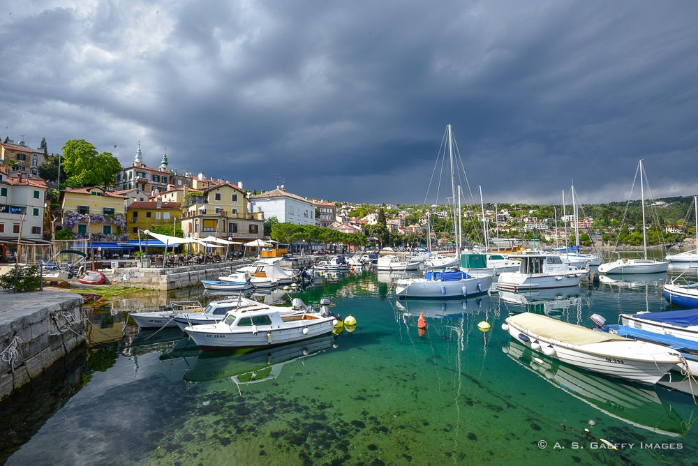 Image of the harbor area in Volosko that you'll see when strolling Lungomare
